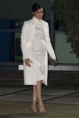Comment porter: manteau blanc, robe-pull blanche, escarpins en daim olive, pochette en daim olive