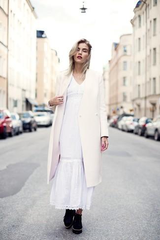 Comment porter: manteau blanc, robe style paysanne blanche, chaussures derby en daim noires, boucles d'oreilles transparentes