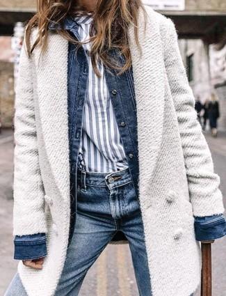 Comment porter: manteau blanc, veste en jean bleu marine, chemise de ville à rayures verticales blanc et bleu marine, jean bleu marine