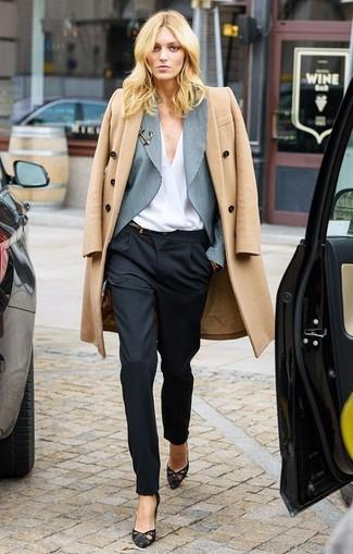 Comment porter: manteau marron clair, blazer à rayures verticales gris, chemisier à manches longues blanc, pantalon de costume noir