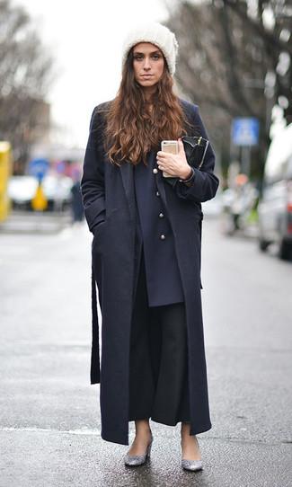 Comment porter: manteau noir, blazer croisé bleu marine, pantalon flare noir, escarpins pailletés argentés