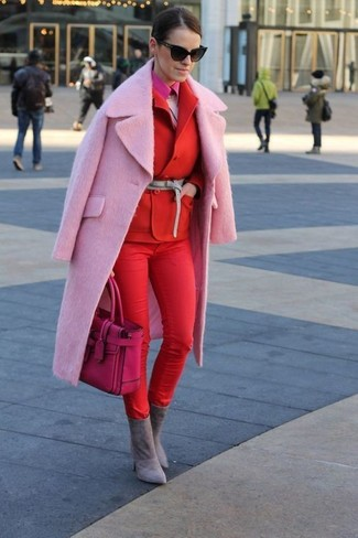 Comment porter: manteau rose, blazer croisé rouge, pull à col rond duveteux rose, chemise de ville fuchsia