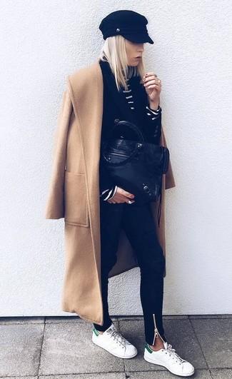 Comment porter: manteau marron clair, blazer croisé noir, pull à col roulé à rayures horizontales noir et blanc, jean skinny noir