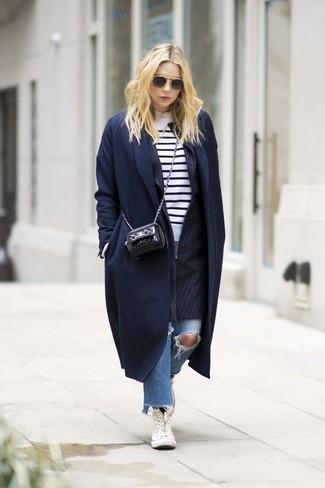 Comment porter: manteau bleu marine, blazer à rayures verticales noir, pull à col rond à rayures horizontales blanc et noir, jean déchiré bleu