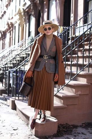 Comment porter: manteau tabac, blazer en laine à carreaux marron, pull à col roulé marron clair, jupe mi-longue plissée tabac