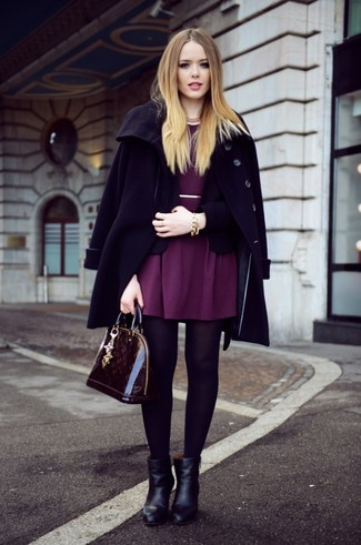 Comment porter: manteau noir, blazer noir, robe patineuse pourpre, bottines en cuir noires