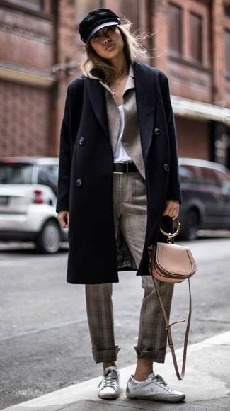 Comment porter: manteau noir, blazer gris, t-shirt à col en v blanc, pantalon de costume écossais gris