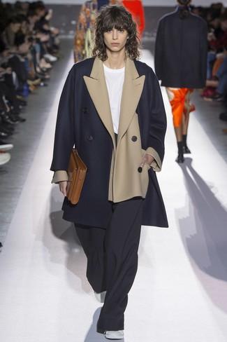 Comment porter: manteau bleu marine, blazer en laine beige, t-shirt à col rond blanc, pantalon large noir