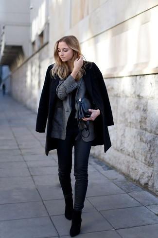 Comment porter: manteau noir, blazer en vichy gris foncé, t-shirt à col rond noir, jean skinny noir