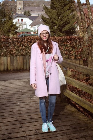 Comment porter: manteau rose, blazer rose, t-shirt à col rond imprimé rose, jean skinny bleu