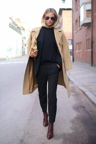 Comment porter: manteau marron clair, blazer noir, t-shirt à manche longue noir, pantalon slim noir
