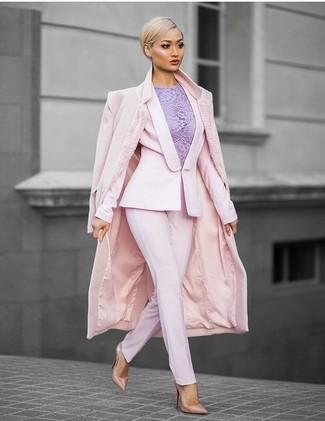 Tenue: Manteau rose, Blazer rose, Top sans manches en dentelle violet clair, Pantalon de costume rose