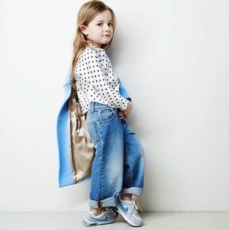 Comment porter: manteau bleu clair, chemisier à manches longues á pois blanc, jean bleu, baskets grises