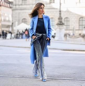 Comment porter: manteau bleu clair, pull à col rond bleu marine, pantalon large à rayures verticales bleu marine et blanc, escarpins en cuir bleu clair