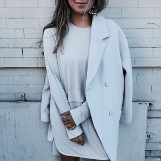 Comment porter: manteau bleu clair, robe droite grise, boucles d'oreilles argentées