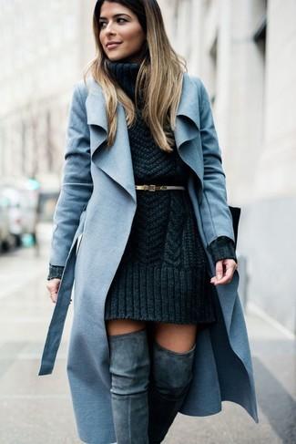 Comment porter: manteau bleu clair, robe-pull en tricot gris foncé, cuissardes en daim grises, ceinture en cuir dorée