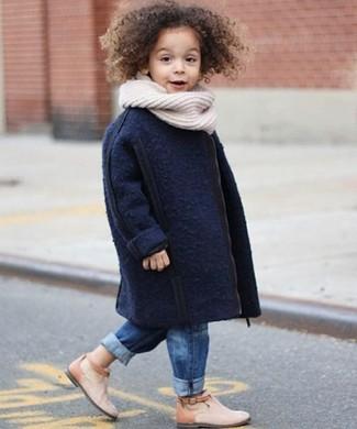 Comment porter: manteau bleu marine, jean bleu, bottes beiges, écharpe blanche
