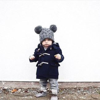 Comment porter: manteau bleu marine, jean gris, bottines chukka grises, bonnet gris