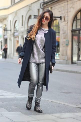 Comment porter: manteau bleu marine, pull à col rond argenté, pantalon slim en cuir argenté, bottines en cuir à clous noires
