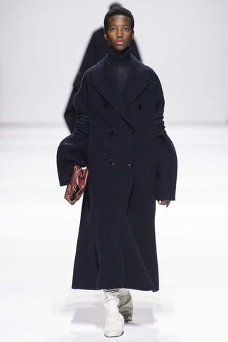Comment porter: manteau bleu marine, pull à col roulé en tricot bleu marine, bottes hauteur genou en cuir blanches, pochette en cuir bordeaux