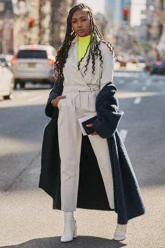 Comment porter: manteau duveteux bleu marine, pull à col roulé jaune, combinaison pantalon grise, bottines en cuir blanches