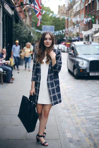 Comment porter des vêtements de dessus à carreaux: Choisis des vêtements de dessus à carreaux et une robe droite blanche pour un ensemble de bureau stylé. Une paire de des sandales à talons en cuir noires s'intégrera de manière fluide à une grande variété de tenues.
