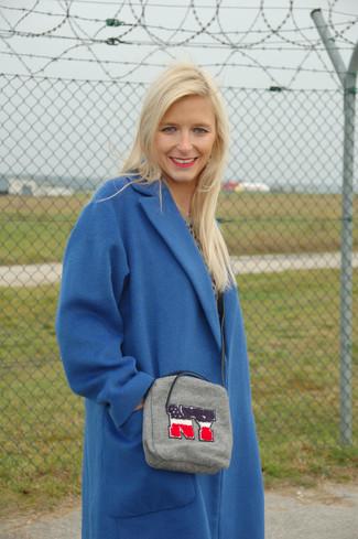 Comment porter: manteau bleu, pull à col rond imprimé léopard gris, jupe mi-longue en cuir plissée noire, sac bandoulière gris