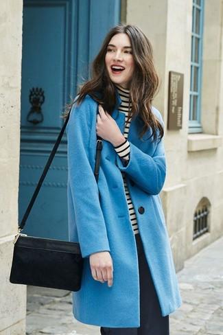 Comment porter: manteau bleu, pull à col roulé à rayures horizontales blanc et noir, pantalon large noir, sac bandoulière en daim noir