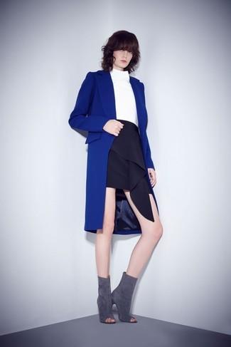 Comment porter: manteau bleu, pull à col roulé blanc, minijupe à volants noire, bottines en daim découpées grises