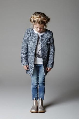 Comment porter: manteau bleu, t-shirt à manche longue blanc, jean bleu, bottes argentées