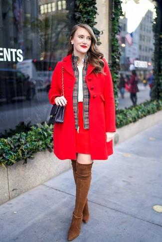 Comment porter: manteau rouge, blouson aviateur écossais vert et rouge, chemise de ville blanche, minijupe rouge