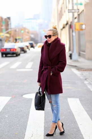 Comment porter: manteau bordeaux, jean bleu clair, escarpins noirs, sac fourre-tout noir