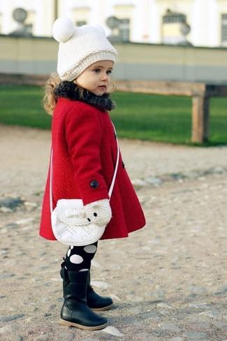 Comment porter: manteau rouge, bottes noires, sac blanc, bonnet blanc