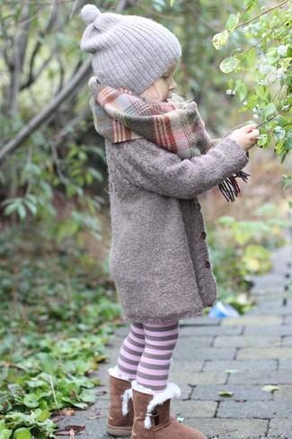 Comment porter: manteau gris, bottes ugg marron, bonnet gris, écharpe grise