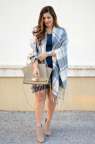 Comment porter: manteau cape écossais bleu, robe décontractée bleu marine, bottines en daim beiges, cartable en cuir beige