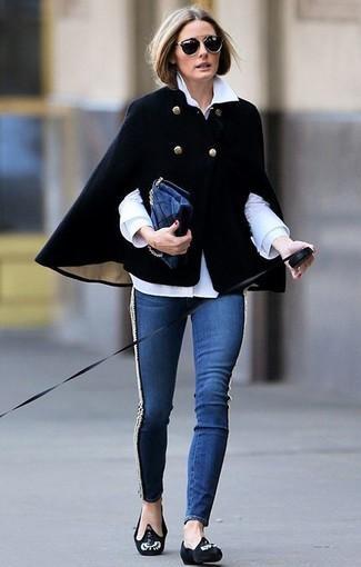 Tenue de Olivia Palermo: Manteau cape noir, Chemise de ville blanche, Jean skinny bleu marine, Slippers en daim ornés noirs