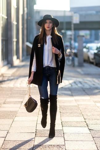 Comment porter: manteau cape noir, chemise de ville en soie blanche, jean skinny bleu marine, cuissardes en daim noires