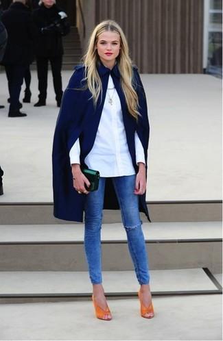 Pense à porter un manteau cape bleu marine et un jean skinny déchiré bleu pour obtenir un look relax mais stylé. Apportez une touche d'élégance à votre tenue avec une paire de des escarpins en cuir découpés orange.