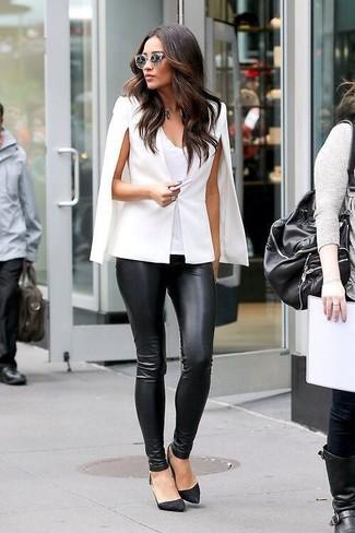 Comment porter: manteau cape blanc, débardeur blanc, pantalon slim en cuir noir, escarpins en daim noirs