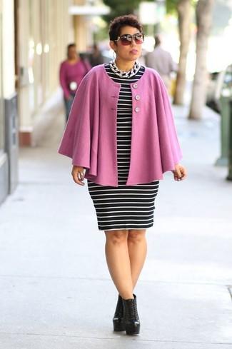 Comment porter un manteau cape rose: Pense à harmoniser un manteau cape rose avec une robe moulante à rayures horizontales noire et blanche pour achever un style chic et glamour. Une paire de des bottines à lacets en cuir noires est une option parfait pour complèter cette tenue.