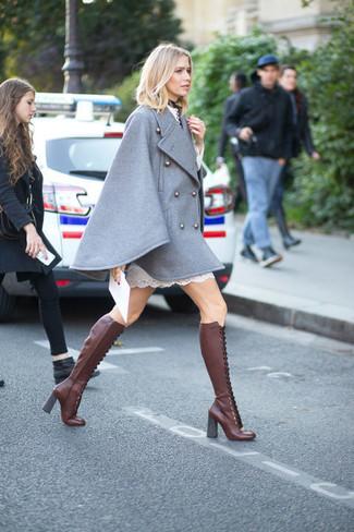 Comment porter: manteau cape gris, robe droite en dentelle blanche, bottes hauteur genou en cuir bordeaux