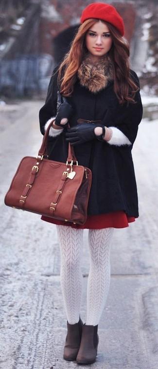 Comment porter: manteau cape noir, jupe patineuse rouge, bottines en daim marron foncé, sac fourre-tout en cuir marron