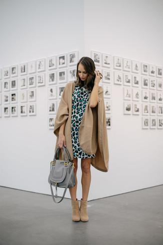 Comment porter: manteau cape marron clair, robe droite imprimée léopard grise, bottines en daim marron clair, sac fourre-tout en cuir gris