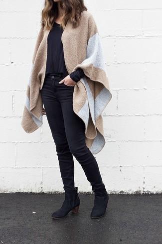 Comment porter: manteau cape marron clair, t-shirt à manche longue noir, jean skinny noir, bottines en daim noires