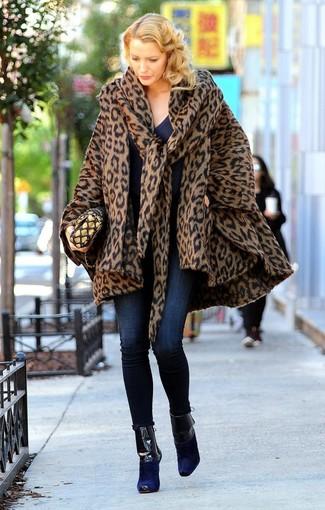 Comment porter: manteau cape imprimé léopard marron, pull à col en v bleu marine, jean skinny bleu marine, bottines en daim bleu marine