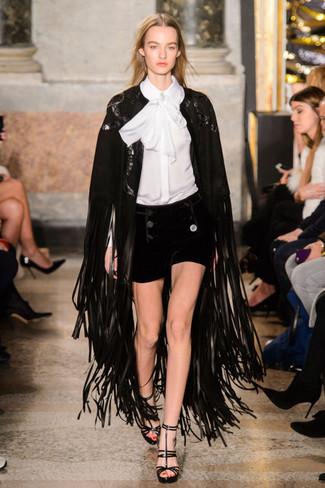 Pense à harmoniser un manteau cape à franges noir avec un short en velours noir pour une tenue raffinée mais idéale le week-end. Une paire de des sandales à talons en cuir noires est une option parfait pour complèter cette tenue.