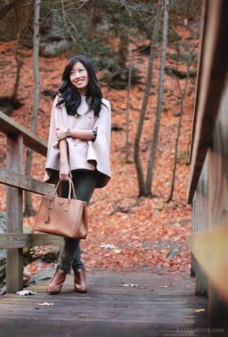 Comment porter: manteau cape rose, pull à col rond imprimé léopard gris foncé, jean skinny vert foncé, bottines en cuir tabac