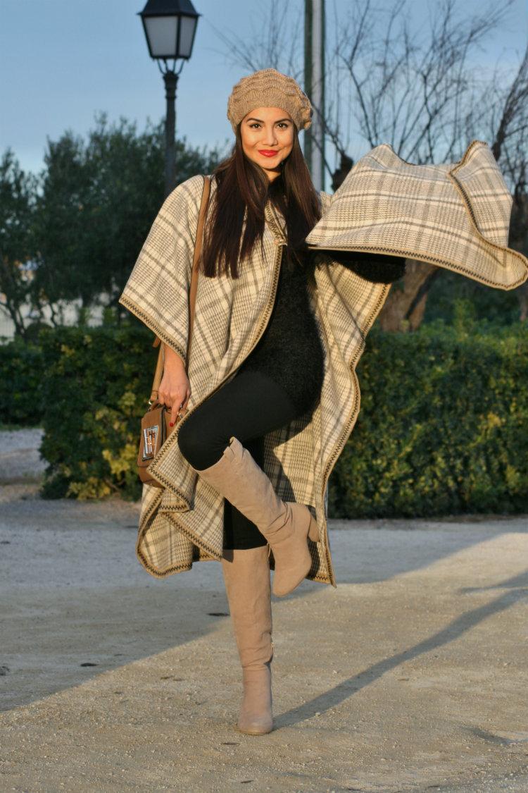 Les journées chargées nécessitent une tenue simple mais stylée, comme un  manteau cape écossais beige