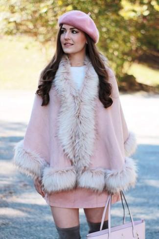 Comment porter un manteau cape rose: Harmonise un manteau cape rose avec une minijupe en daim rose pour obtenir un look relax mais stylé. Cette tenue se complète parfaitement avec une paire de des cuissardes en daim gris foncé.