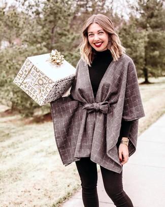 Comment porter: manteau cape à carreaux gris, pull à col roulé noir, jean skinny noir, montre dorée